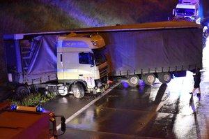 Kamion skoro vejpůl: Nehoda v noci úplně uzavřela Pražský okruh