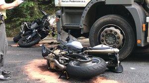 Motorky skončily na šrot: U Ondřejova u Prahy se srazily s náklaďákem