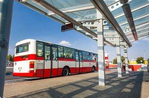 Pár cizinců zbil řidiče autobusu: Zakázal jim jíst ve vozidle
