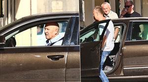 Nejistý Petr Nárožný si netroufl na svůj vůz: Zaparkovat za něj musel někdo jiný