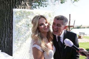 Svatba Babišových: Monika se ani po 40 nebála ukázat výstřih