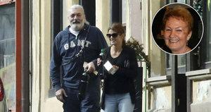 Maminka Dana Hůlky popřela, že jí syn představil novou lásku. Zpěvák tvrdil opak