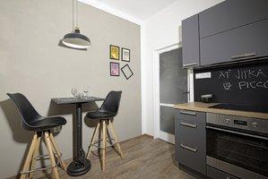 Bydlet jako... Moderní kuchyně v pánském stylu podle nového seriálu o bydlení