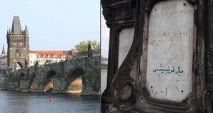 Arabský nápis na Karlově mostě! Cizinec zeleným fixem »počmáral« sochu