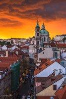 Ohnivý závoj nad Prahou: Lidé se kochali západem slunce jako z plakátu. Co ho způsobilo?