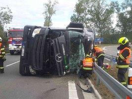 Řidič cisterny nezvládl zatáčku: Převrácený náklaďák zablokoval nájezd na dálnici D1