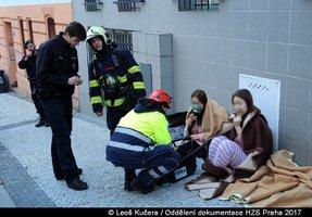 Evakuace hotelu na Žižkově: Hasiči zachránili 13 osob, 8 lidí se nadýchalo kouře
