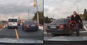 Plzenští policisté, kteří vytáhli pistoli na řidiče: Všechno bylo jinak, tvrdí právník