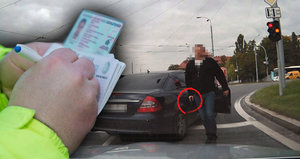 Policisté vyběhli na řidiče s pistolí. Expertka: Poslouchejte vždy i lidi bez uniformy