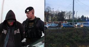 Horké chvilky u Hradu: Policisté zadrželi muže, který na ně útočil nůžkami