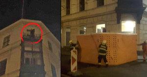 Noční Brno vzhůru nohama: Sebevrah na rušné ulici vyhrožoval skokem z balkonu a zastavil dopravu