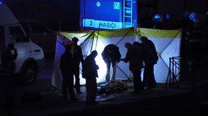 Mrtvola ve Vltavě: Potápěči vytáhli tělo na náplavku, policisté ho ohledávají