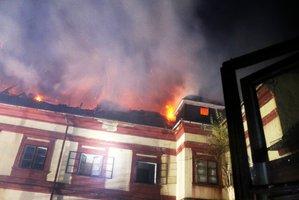 V Plané hoří zámek: Po sedmi hodinách boje s ohněm bude škoda skoro půl milionu