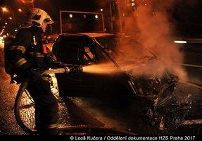 V Holešovičkách brzy ráno hořelo. Plameny zachvátily zaparkované auto