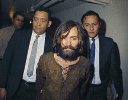 V 19 letech pomohla Mansonovi zabít dva lidi: Po půl století ve vězení ji chtějí propustit