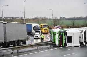 Kolony na Novopacké a na Černém Mostě: Kamion skončil na boku, blokuje výjezd z dálnice