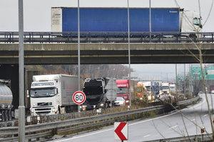 Kolony na Pražském okruhu: Hromadně havarovalo osm aut, na Ruzyň je průjezdný jen odstavný pruh