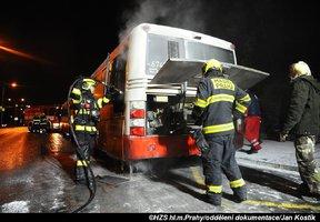V Praze 8 hořel autobus dopravního podniku. Likvidace požáru brzdila dopravu