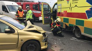 U Jižní spojky boural osobák se záchrankou. Řidiče odvezli do nemocnice