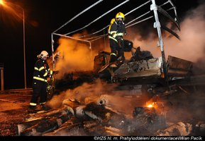 Na Pražském okruhu v noci hořela dodávka. Nezbylo z ní skoro nic