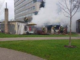 """Prosekem se linul dým: Chatu v Čakovické ulici  zachvátil požár, """"zranila"""" se jedna osoba"""