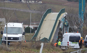 Zřícená Trojská lávka: Dělníci ji dnes rozřežou na kusy, po odvozu trosek začne jezdit přívoz