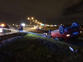 Opilý mladík narazil ve Kbelské ulici do lampy: Spadla na silnici a nabourali do ní další dva řidiči