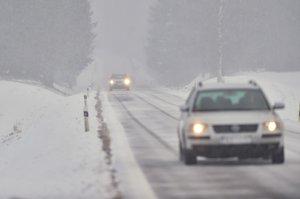 Bruntálsko hlásí bílou tmu! Cestáři varují i před silnicemi prvních tříd, všude je sníh
