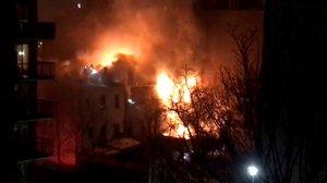 Bytový dům zachvátil obří požár: Zranilo se nejméně 23 lidí, mezi nimi i děti