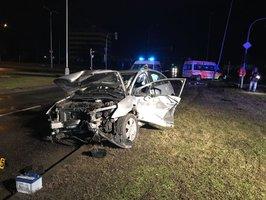 Sanitka s pacientem vrazila v Malešicích do osobního auta, jeho řidiče museli vyprostit