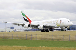 Po světě lítá 10 letadel A380 s potiskem zakladatele Emirátů: Jeden z nich přistál v Praze