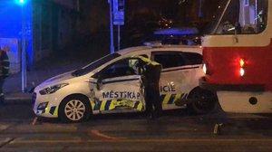 Tramvaj na Vinohradské z boku »sešrotovala« auto městské policie: Posádku vyprostili hasiči