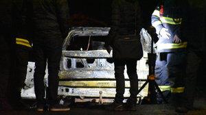 Oheň, praskání skla a hrozný křik! Na Benešovsku našli ohořelé tělo v troskách auta
