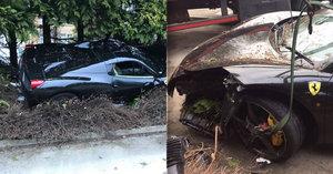Ferrari za 6 milionů skončilo v křoví. Řidič ztratil kontrolu nad vozem a rozsekal ho o strom