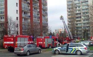 Požár na balkoně paneláku v Hostivaři hasiči likvidovali ze žebříku: Jedna osoba se zranila