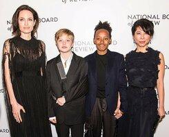 Vychrtlá Angelina Jolie chodí do společnosti místo s muži s dětmi