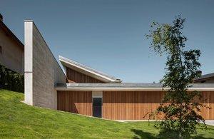 Tady je radost bydlet! Minimalistický dům ve tvaru L zdobí beton a dřevo