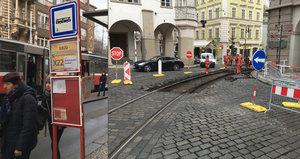 """Zmatení turisté a čekání kvůli výluce na Malostranské: """"Tunelbusy by problémy vyřešily,"""" říkají radnice"""