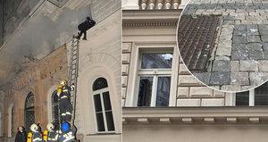 Liduprázdno, rozsypané sklo, hlídači a  policejní páska. Tak to vypadá u hotelu v centru Prahy, ve kterém hořelo