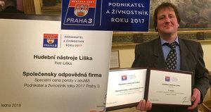 """Petr na Žižkově už přes 20 let prodává a restauruje hudební nástroje. """"Učil jsem se od mistrů,"""" říká. Teď dostal ocenění tamní radnice"""