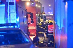 Mohutný požár v Bohnicích: Hořely dřevěné přístřešky u autodílny, plameny přeskočily i na sousední domy