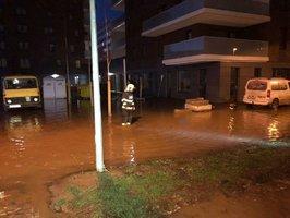 U Invalidovny prasklo potrubí. Voda zaplavila okolní ulice, zasahují hasiči