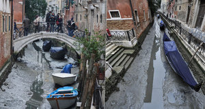 Benátky jsou na suchu: Gondoly se válí v bahně, nepršelo už tři týdny!