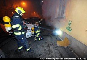 Noční požár sklepa ve Vršovicích: Hasiči zachránili šest lidí, dalších 15 evakuovali