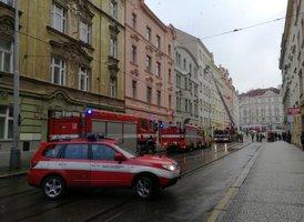 Psychicky nemocná žena se zabarikádovala v bytě v Nuslích: Policisté za ní lezli po žebříku, stříkala po nich sprejem