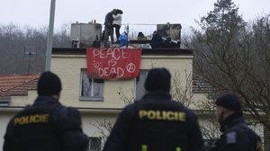 Squatter slezl ze střechy usedlosti Šatovka: Šel do práce, policie ho zadržela
