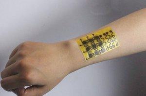 Američtí vědci vytvořili elektronickou kůži. Vnímá dotek, teplotu a hojí se