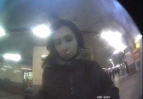 V bankomatu ve stanici metra zůstalo 5 tisíc. Žena si je přivlastnila, hledá ji policie