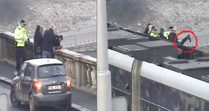 VIDEO: Drama na Palackého mostě! Žena chtěla spáchat sebevraždu, policisté ji zachránili