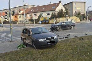 Nehoda ve Strašnicích: Na křižovatce se srazila dvě auta, zranili se řidič a spolujezdec